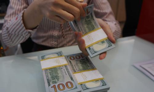 Giao dịch USD tại một ngân hàng thươngmại ở TP HCM. Ảnh: Anh Tú.