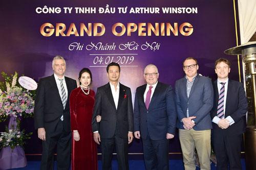 Đại sứ cùng các trưởng bộ phận sứ quán và ban lãnh đạo công ty Arthur Winston.
