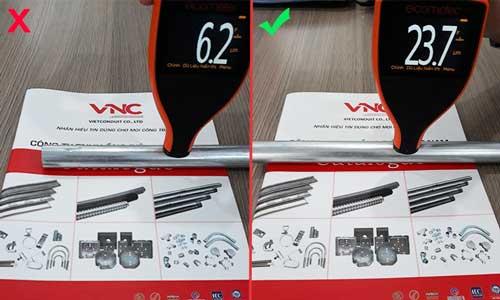 Hình ảnh so sánh độ dày lớp mạ kẽm của ống thép luồn dây điện đạt chuẩn phải lớn hơn 20 micron.