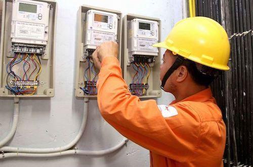 Công nhân điện lực kiểm tra công tơ khách hàng.