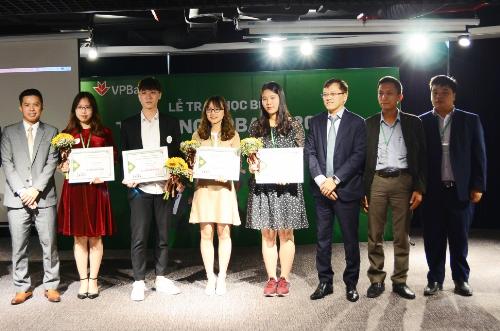 Tổng giám đốc VPBankNguyễn Đức Vinh (thứ ba từ phải sang), trao học bổng Tỏa sáng tài năng vàng cho các sinh viên xuất sắc nhất khu vực phía Bắc.