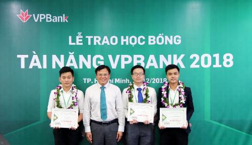 Ông Phan Ngọc Hòa - Phó tổng Giám đốc VPBank(thứ ba từ phải sang), trao học bổng Tỏa sáng tài năng vàng cho các bạn sinh viên xuất sắckhu vực phía Nam.