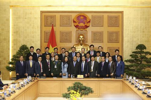 Đại diện các doanh nghiệp đạt chứng nhận Thương hiệu quốc gia 2018 chụp hình lưu niệm cùng Thủ tướng