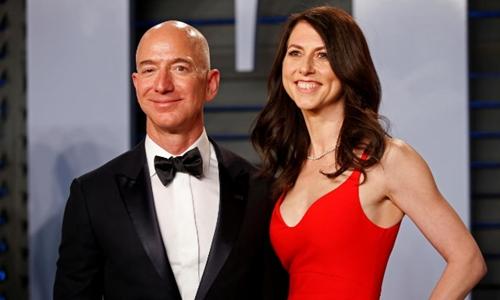 Vợ chồng Jeff và MacKenzie Bezos. Ảnh: Reuters