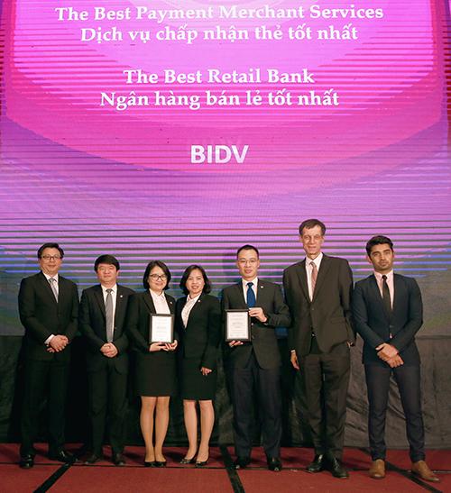 Đại diện BIDV nhận giải Ngân hàng bán lẻ tốt nhất Việt Nam 2019 và Ngân hàng có dịch vụ chấp nhận thẻ và quản lý dòng tiền tốt nhất Việt Nam 2019.