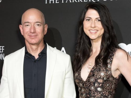 Tỷ phú Jeff Bezos và vợ - MacKenzie Bezos. Ảnh: AFP
