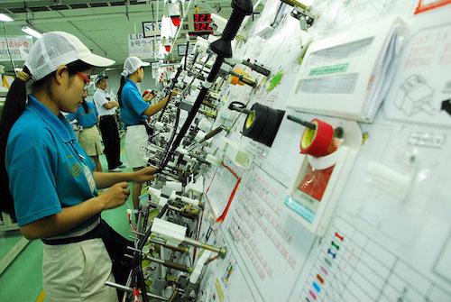 Công nhân sản xuất tại dây chuyền một nhà máy của Nhật.