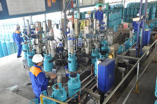 Công nhân làm việc tại phân xưởng chiết nạp gas của Tổng công ty Gas Petrolimex. Ảnh: TL