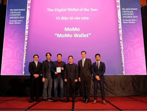 - Ông Foo Boon Ping, TBT The Asian Banker (ngoài cùng bên trái) và ông Richard Hartung, Giám đốc Nguồn lực quốc tế The Asian Banker (thứ 2 bên phải) trao giải Ví điện tử của năm cho đại diện của MoMo.