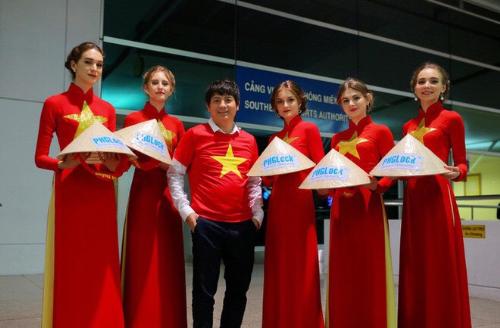 Ông Nguyễn Tuấn Anh cùng đội hình trình diễn cổ vũ đội tuyển Việt Nam tại Asiad 18.