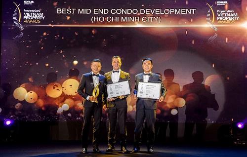 Đại diện tập đoàn An Gia nhận giải thưởng Dự án phân khúc hạng trung tốt nhất tại lễ trao giải Property Guru Vietnam Property Awards 2018.