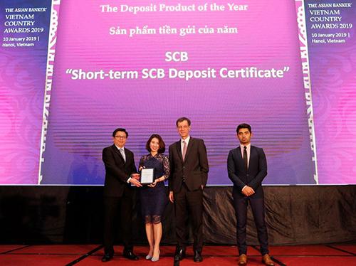 Bà Trần Thị Minh Thảo  Giám đốc Khối Ngân hàng Bán lẻ SCB nhận giải thưởng từ chương trình.