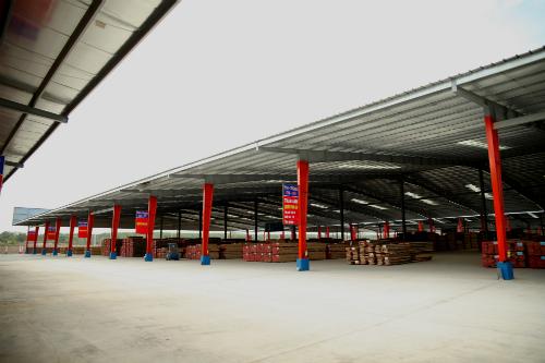 Một góc kho chứa gỗ xẻ của trung tâm phân phối gỗ Tavico Long Bình.