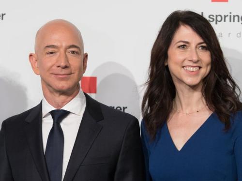 Hai vợ chồng Jeff và MacKenzie Bezos. Ảnh: AFP
