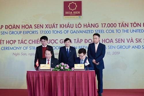 Đại diện tập đoàn Hoa Sen và tập đoàn SK (Hàn Quốc) ký kết hợp tác chiến lược về vận chuyển hàng rời xuất khẩu của Hoa Sen trên thị trường quốc tế.