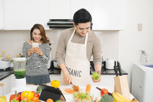 Để chồng xắn tay vào bếp cũng là cách giúp chị em giảm áp lực ngày Tết.