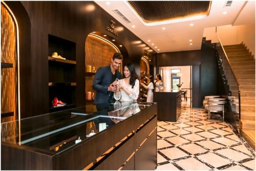 Mỗi căn shophouse diện tích 260 m2 đến 360m2 sàn xây dựng, có thiết kế hiện đại, tiện nghi, không gian xanh mang lại cuộc sống sinh thái, thịnh vượng cho chủ nhân,đại diện nhà phát triển dự ánchia sẻ. Toàn bộ mặt ngoài của mỗi căn đều ốp hoàn toàn đá marble Oman bền màu.