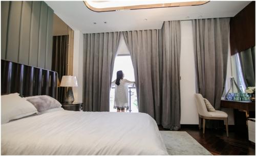 Phòng ngủ master đầy đủ chức năng, sàn ốp gỗ Chiu Liu tông màu nâu trầm ấm với bố cục xương cá mang vẻ đẹp tự nhiên kết hợp tầm nhìn thoáng đãng từ ban công tầng hai.