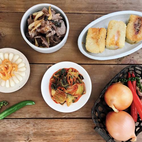 Kim chi dưa cải ăn kèm với món thịt bò mắm kiệu và bánh chưng chiên ngon đúng điệu
