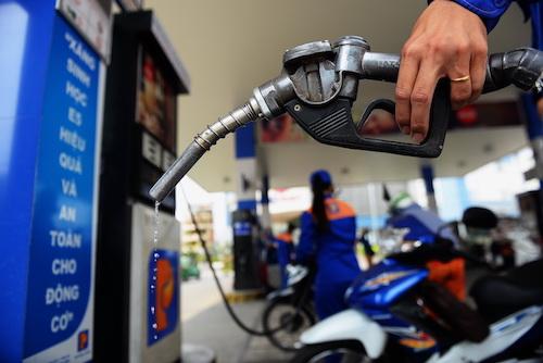 Giá xăng có thể được điều chỉnh vào ngày mai. Ảnh: Hữu Khoa.