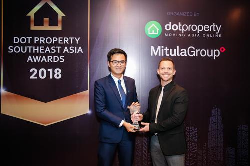 Đại diện Đất Xanh Miền Trung nhận giải Best Commercial Developer Southeast Asia  Nhà phát triển bất động sản thương mại tốt nhất Đông Nam Á.