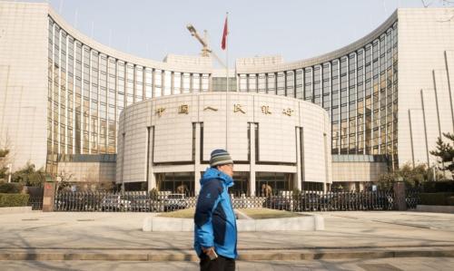 Bên ngoài Ngân hàng Trung ương Trung Quốc (PBOC). Ảnh: AFP
