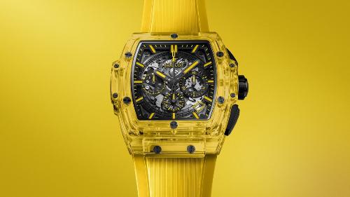 Spirit of Big Bang Sapphire Yellow đánh dấu lần đầu tiên trong lịch sử chế tác đồng hồ cao cấp, sắc vàng xuất hiện trên chất liệu đặc biệt này.