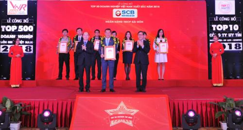 Đại diện SCB nhận chứng nhận từ Công ty CP Báo cáo Đánh giá Việt Nam - Vietnam Report.