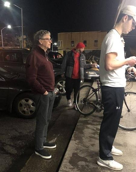 Bill Gates xếp hàng chờ gọi đồ tại Dicks. Ảnh: Mike Galos