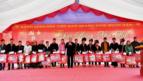 Đoàn công tác trao quà Tết cho các hộ gia đình nghèo tại Yên Bái.