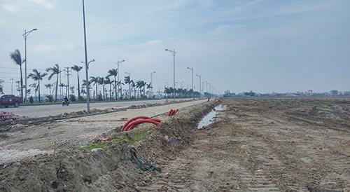 Dự án đang trong giai đoạn làm hạ tầng nhưng đã được rao bán rầm rộ với giá chênh hàng trăm triệu đồng. Ảnh: N.H