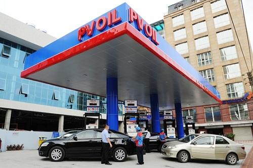 Khách đổ xăng tại một cửa hàng thuộc hệ thống của PVOil.