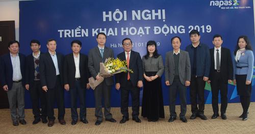 Các đại biểu chúc mừng ông Nguyễn Quang Hưng - tânTổng giám đốc Công ty CP Thanh toán Quốc gia Việt Nam Napas (người ôm hoa) -tại lễ bổ nhiệm.