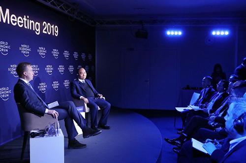 Thủ tướng Nguyễn Xuân Phúc trong buổi đối thoại tại Davos. Ảnh: TTXVN