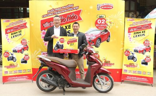Ông Majima Fumihiro trao giải nhì cho anh Nguyễn Đăng Sinh tại chợ Phùng, Hà Nội ngày 19/1