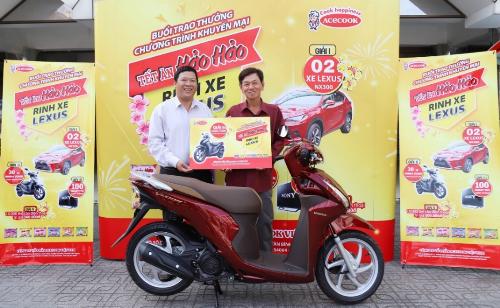 Anh Đỗ Hồng Sơn nhận giải thưởng tại chợ Bến Tre ngày 16/1.