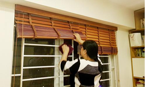 Một người giúp việc theo giờ đang dọn dẹp nhà cho khách vào dịp cận Tết. Ảnh: H.T