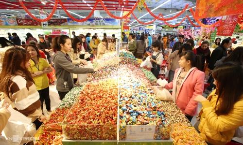 Bánh kẹo, mứt và đồ uống có cồn là những sản phẩm thịnh hành trong giỏ quà Tết. Ảnh: Ngọc Thành.