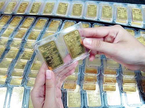 Giao dịch vàng miếng tại một doanh nghiệp trong nước. Ảnh: Lệ Chi.