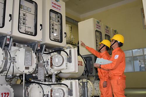 Công nhân ngành điện kiểm tra thiết bị hệ thống điện trước Tết Kỷ hợi.