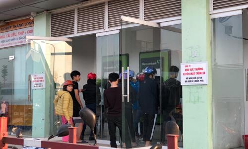 ATM tại khu công nghiệp Thăng Long luôn đông người tới xếp hàng. Ảnh: Anh Tú.