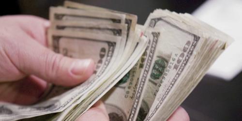 Tiền thưởng có thể hết rất nhanh nếu không được chi đúng cách. Ảnh: Reuters