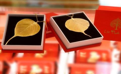 Với mục đích mua chút vàng cầu may, những sản phẩm như Lì xì hoàn toàn bằng vàng 24K của Tập đoàn DOJI đặc biệt được yêu thích với giá chỉ từ vài trăm ngàn đồng, nhiều sản phẩm thiết kế sang trọng, đẹp mắt với ánh vàng kim rực rỡ gắn liền với sự phát tài, may mắn đầu năm