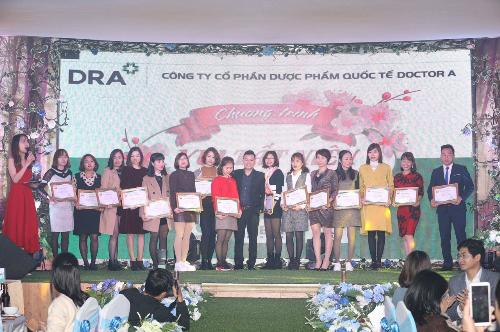 Ông Hà Văn Cường - Giám đốc sản xuất Doctor A trao bằng vinh danh cho các đại lý xuất sắc năm2018