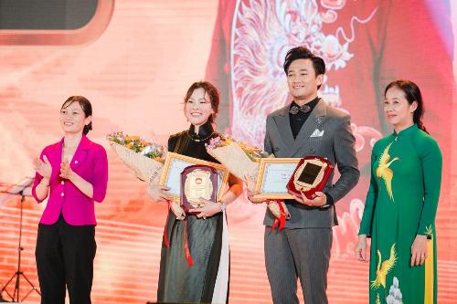 Đại diện UNBD Huyện Hóc Môn tặng bằng khencho bà Nguyễn Ngọc Tiền và nghệ sĩ Quý Bình.