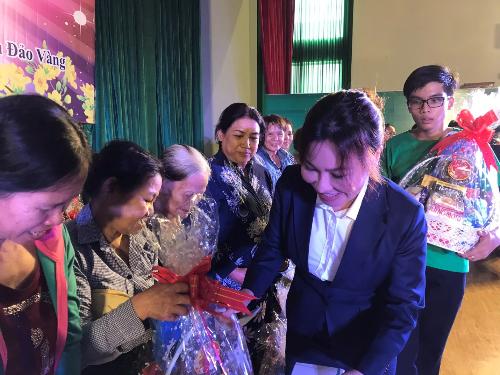 Nữ doanh nhân Ngọc Tiền trao 300 phần quà cho người dân Hóc Môn.