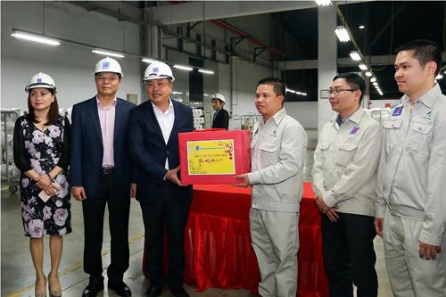 Lãnh đạo công ty trao quà cho cán bộ nhân viên nhà máy.