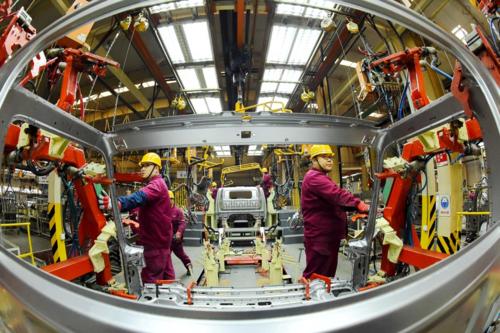 Công nhân trong một nhà máy ôtô ở Sơn Đông (Trung Quốc). Ảnh: Reuters
