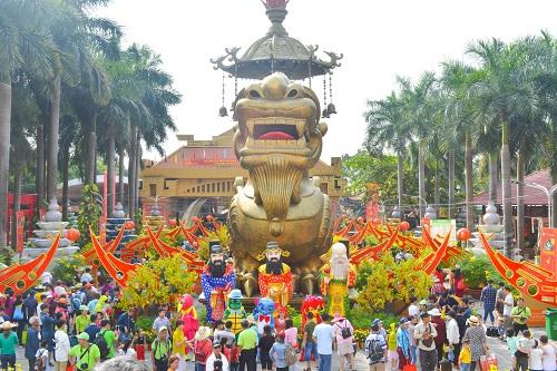 Suối Tiên là một trong những khu du lịch văn hóa nổi tiếng tại TP HCM. Mừng Xuân Kỷ Hợi, thiên đường mùa xuân Suối Tiên ngập tràn sắc hoa với hàng trăm công trình vui chơi giải trí đẳng cấp, hàng nghìn quà tặng may mắn và các chương trình nghệ thuật đa dạng dành cho du khách mọi lứa tuổi.