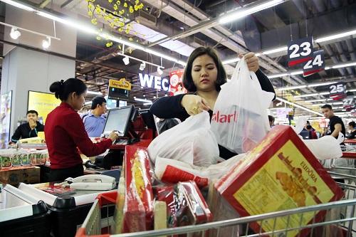 28 Tết âm lịch, chỉ còn hai ngày nữa là đến thời khắc chuyển giao giữa năm mới và năm cũ, thời điểm này, người dân Hà Nội đang cấp tập đi mua sắm Tết.Ảnh chụp một người phụ nữ với xe hàng đầy ắp tại siêu thị VinMart Times City (Hà Nội).